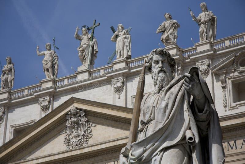 Statuen auf Heiligespeters Kathedrale lizenzfreies stockfoto