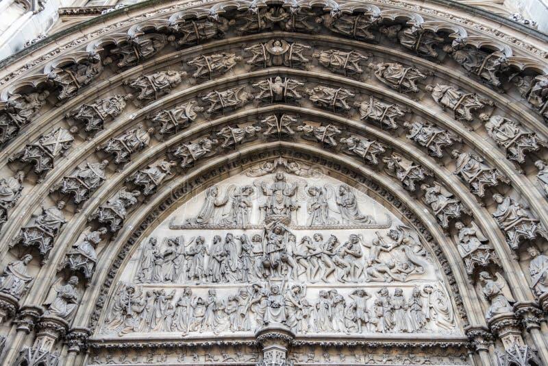 Statuen in Bogen über dem Eingang zur Kathedrale, Antwerpen, Belgien lizenzfreies stockfoto
