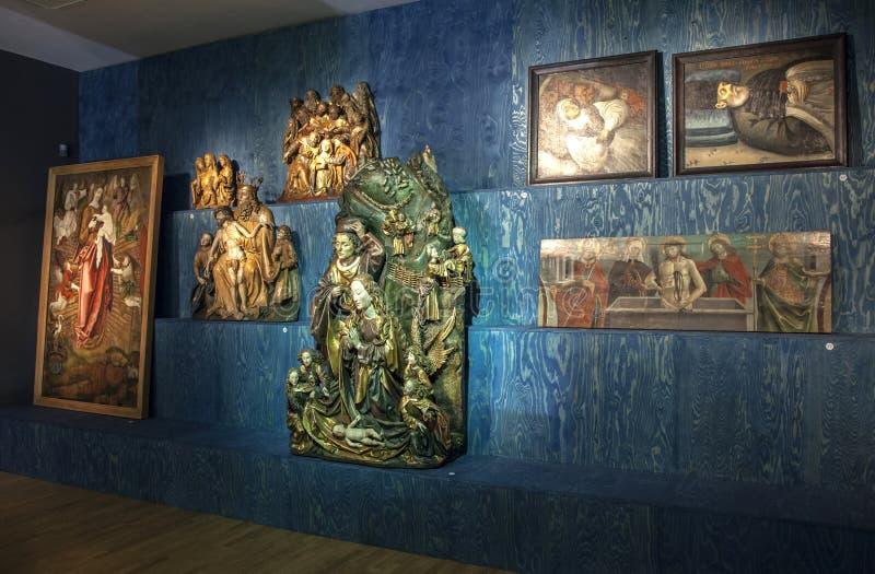 Statuen in der Galerie stockbilder