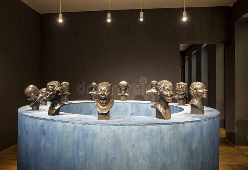 Statuen in der Galerie lizenzfreie stockfotos