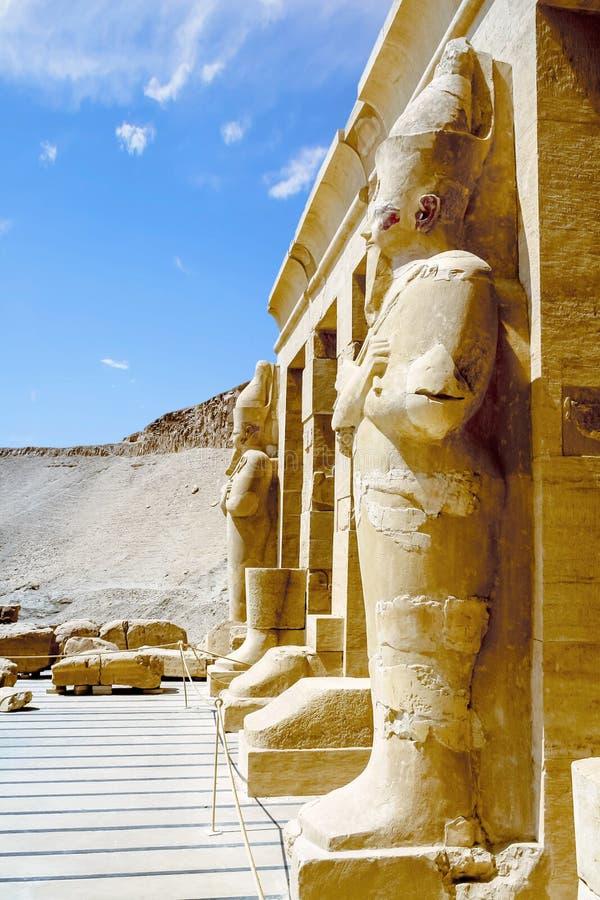 Statuen der Königin Hatshepsut als Osiris Luxor, Ägypten stockbilder