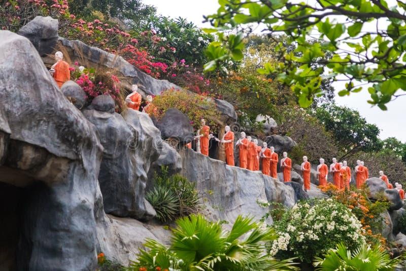 Statuen des buddhistischen Mönchs am goldenen Tempel lizenzfreie stockfotografie