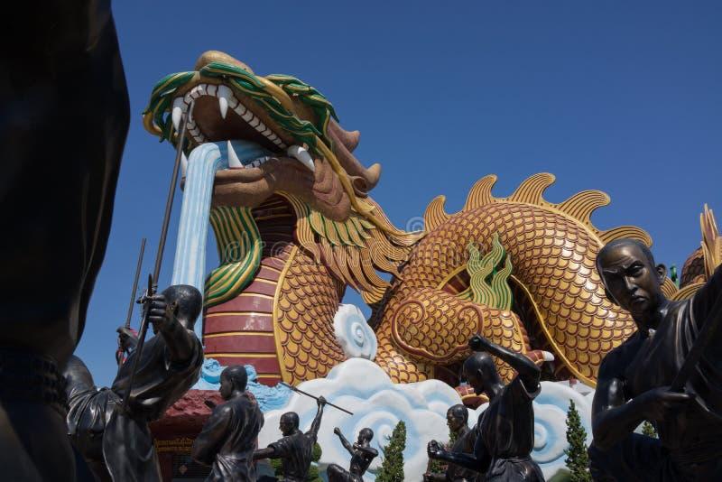 Statuen des riesigen chinesischen Drachen und Shaolin-Mönche in den Aktionen stockfotografie