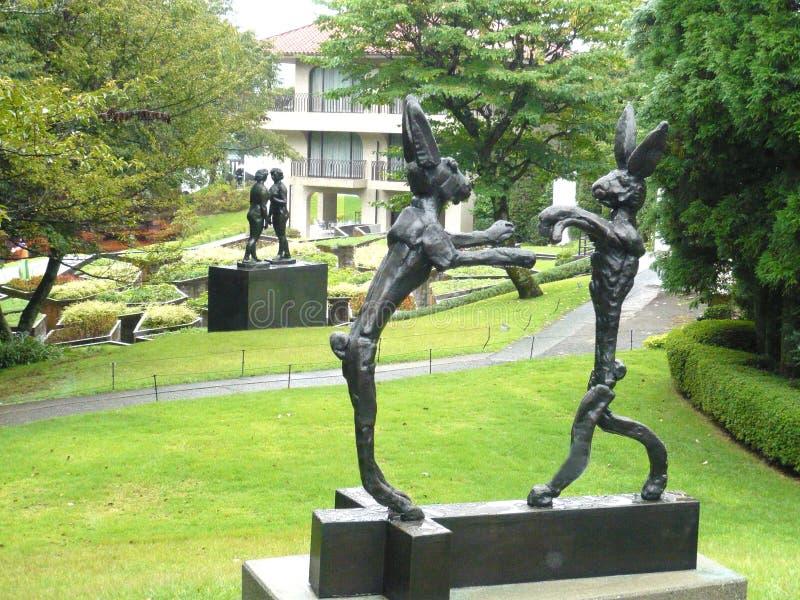 Statuen eines Paares Hasen und des Paares Frauen im Hakone-Freilicht-Museum Japan lizenzfreie stockbilder