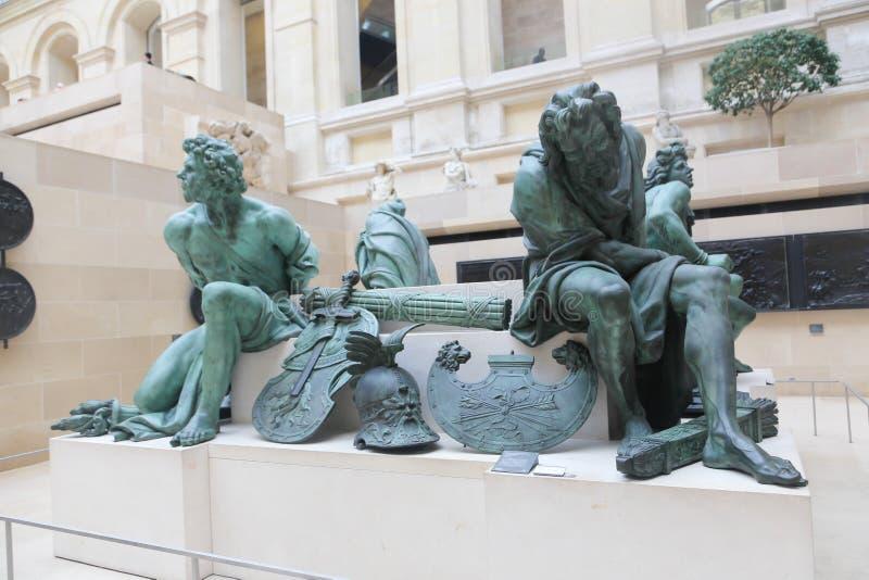 Statuen am Louvremuseum - Paris stockbilder