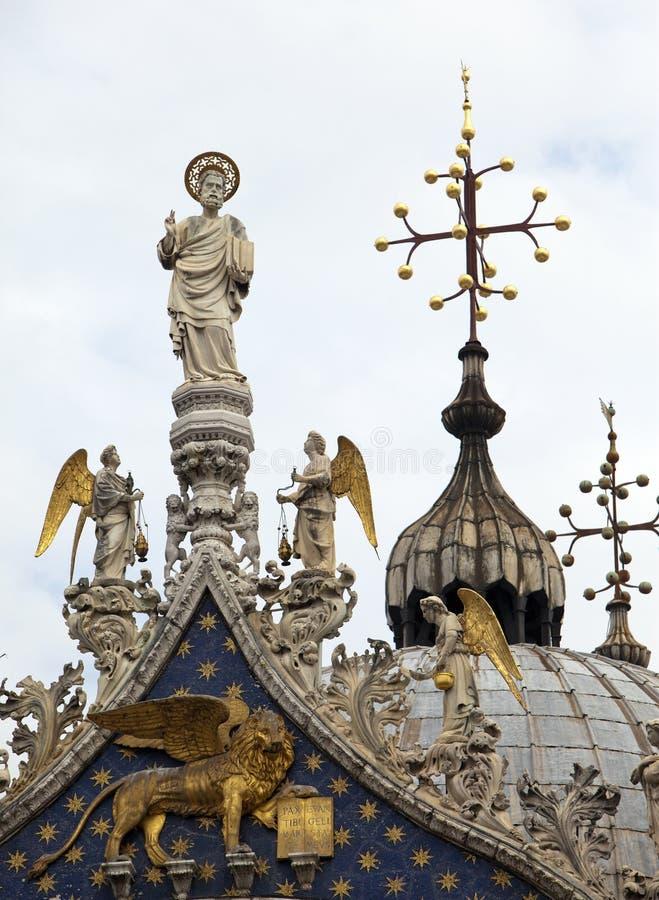 Statuen und Kreuze verzieren die Dachspitze der Basilika di San Marco Saint Mark Basilica in Venedig, Italien lizenzfreie stockfotografie