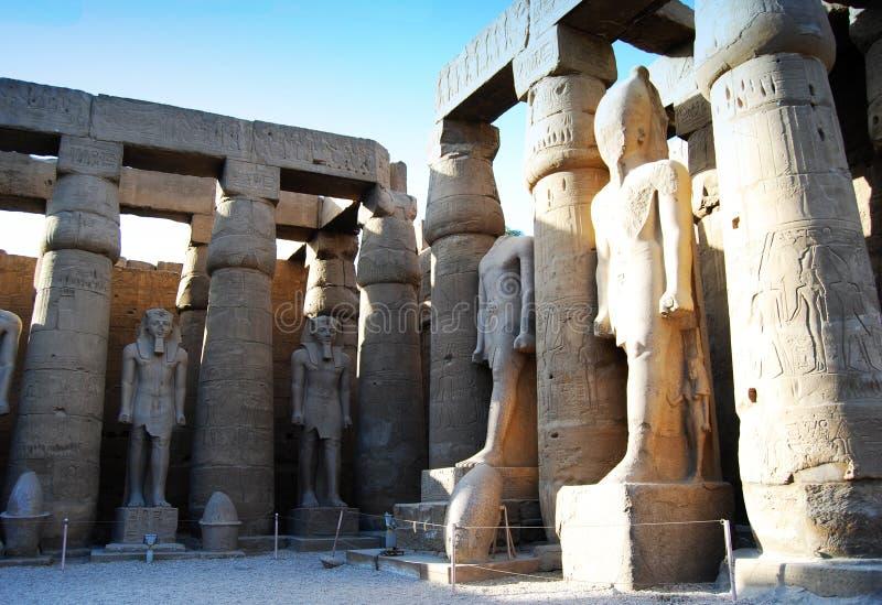 Statuen und Spalten innerhalb des Tempels von Luxor, Ägypten lizenzfreies stockfoto