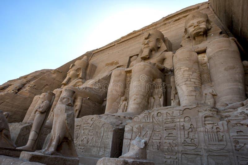 Statuen von Ramesses II an den ausgezeichneten Ruinen des großen Tempels von Ramesses II bei Abu Simbel in Ägypten lizenzfreies stockfoto