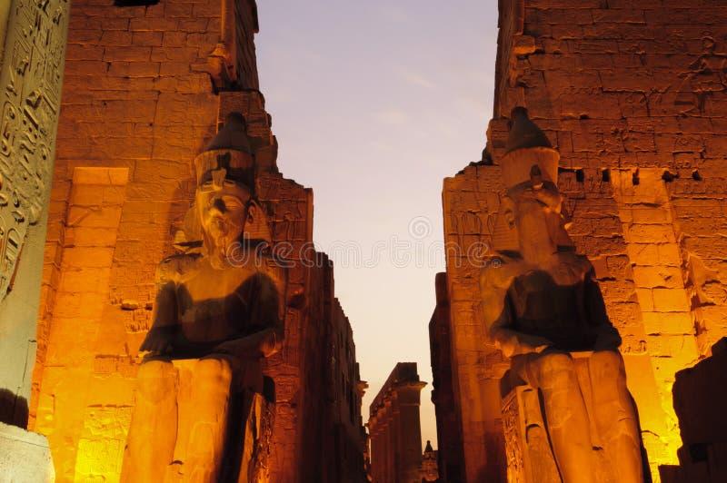 Statuen von Ramses II am Luxor-Tempel. Luxor, Ägypten lizenzfreies stockfoto