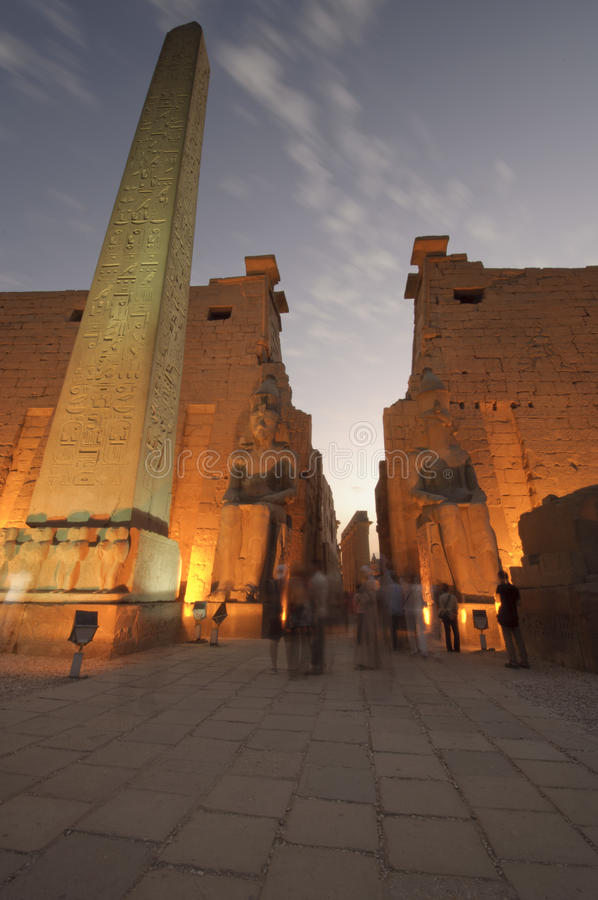 Statuen von Ramses II am Luxor-Tempel. Luxor, Ägypten stockfoto
