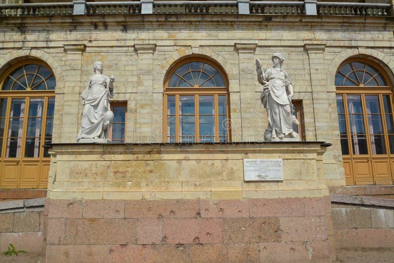 Statuen-Wachsamkeit und Besonnenheit an einem Eingang zum großen Gatchina-Palast stockfoto