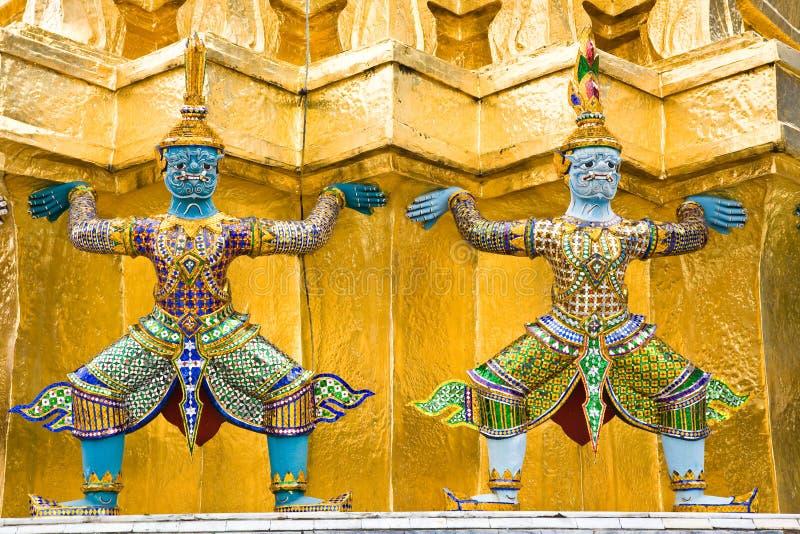 Statuen in Wat Phra Kaeo stockbild