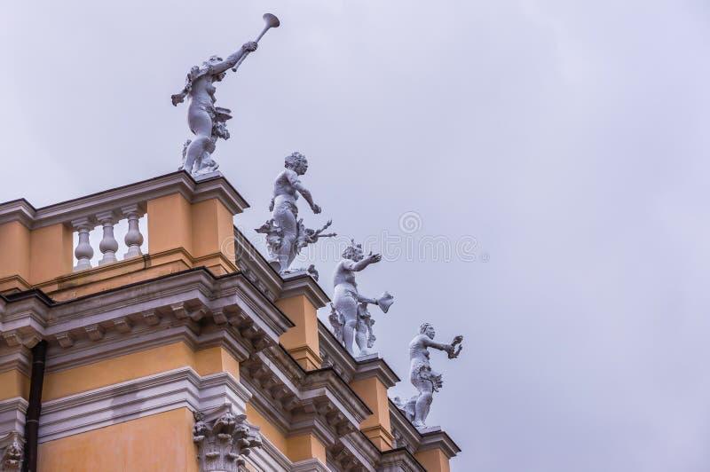 Statues allégoriques sur le toit du palais de Charlottenburg photo stock