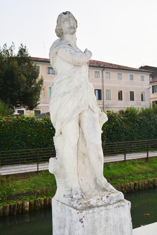 Statues blanches contre le ciel bleu, dans Castelfranco Vénétie, l'Italie, l'Europe image libre de droits