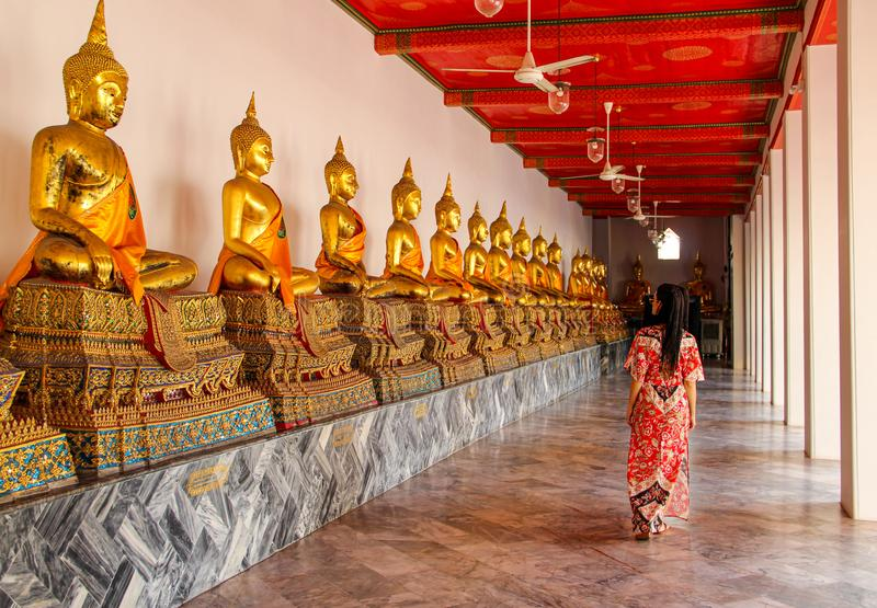 Statues bouddhistes dans le temple bouddhiste à Bangkok image stock