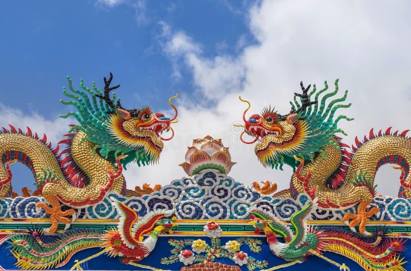 Statues chinoises colorées de dragon sur le temple de Chinois de décoration de toit photo libre de droits