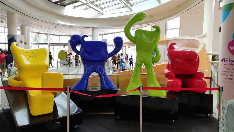 Statues colorées de subordonnés au mail de sentosa image libre de droits