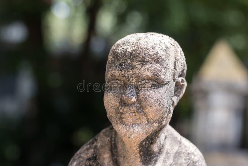 Statues concrètes de vintage en Wat Chai Mongkon - temple bouddhiste, photo stock