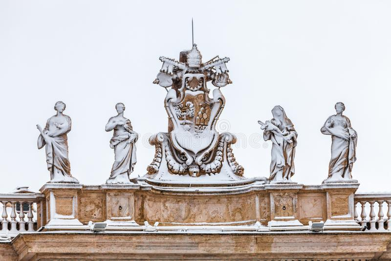 statues couvertes de neige sur le toit de la cathédrale du ` s de St Peter à Ville du Vatican à Rome en Italie images stock