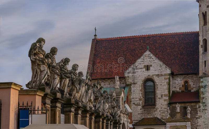 Statues de 12 apôtres Roman Catholic Church Saints Peter et Paul dans le style baroque Vieux secteur Cracovie de ville images stock