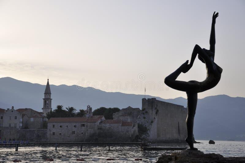 Statues de ballerine de Budva et vieille ville photo libre de droits