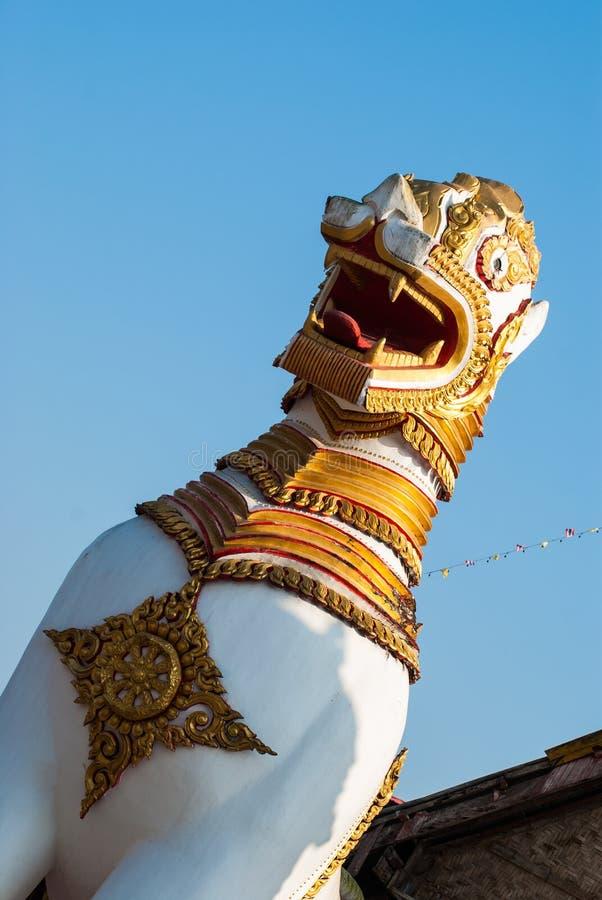 Statues de garde de lion dans le temple de Wang Wiwekaram Thai, Sangklaburi, K photos stock