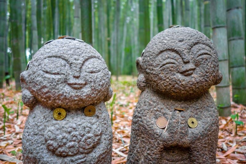 Statues de Jizo dans la forêt en bambou d'Arashiyama, Kyoto, Japon photo stock