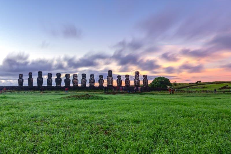 Statues de lever de soleil et de Moai d'Ahu Tongariki sur l'île de Pâques photos stock