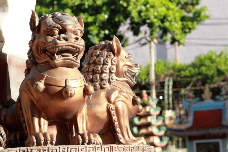 Statues de lion de fer dans le temple chinois photos stock