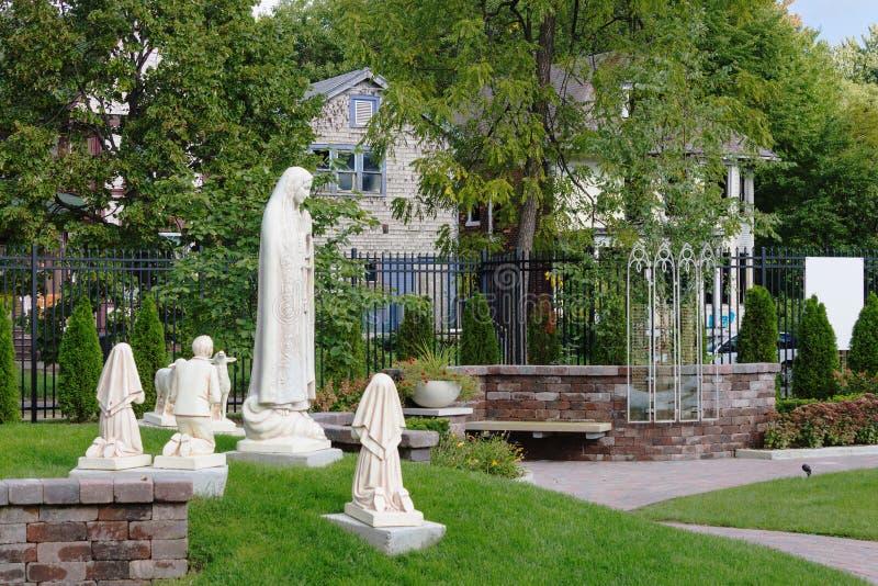 Statues de Mary et des enfants priant dans le jardin chez Casey Solanus Center image stock