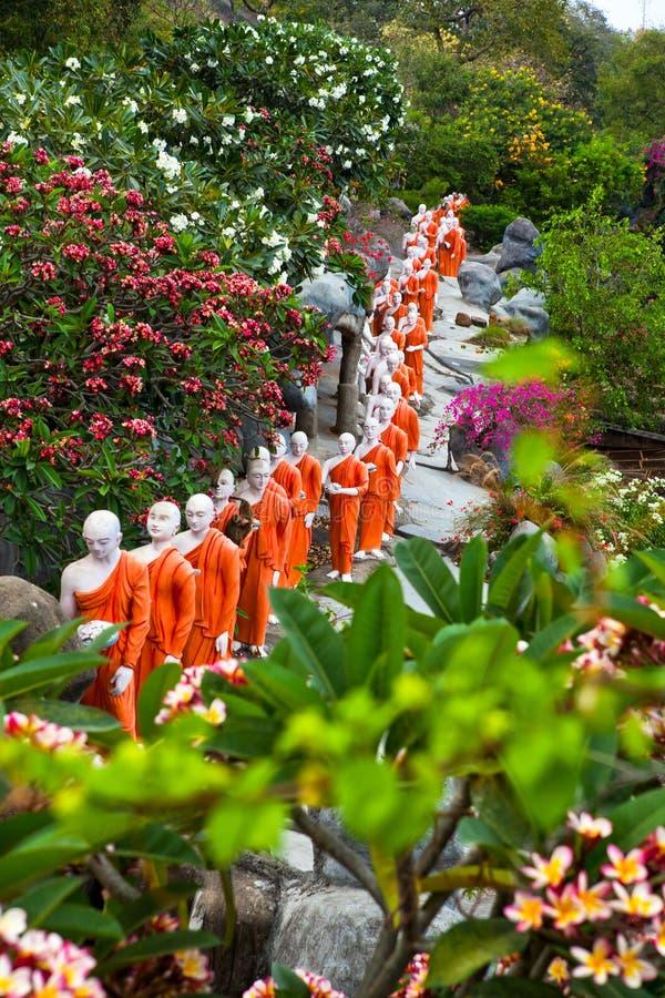 Statues de moine bouddhiste allant au temple de Bouddha d'or, Dambulla, Sri photos libres de droits