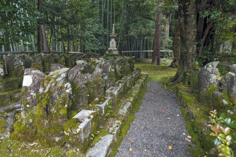 Statues de moine bouddhiste japonais chez Sekizan Zen-dans, temple japonais à Kyoto images stock