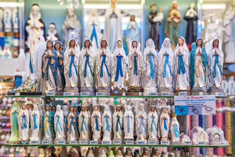 Statues de notre Madame de Lourdes dans la boutique image stock