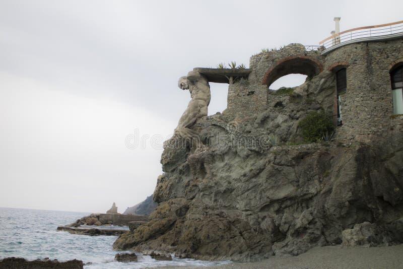 Statues de roche en Cinque Terre en Italie photos libres de droits