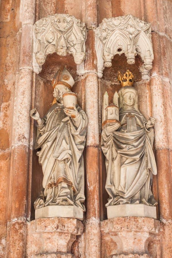 Statues de saint Rupert et de saint Erentrude sur le portail du Th photo stock