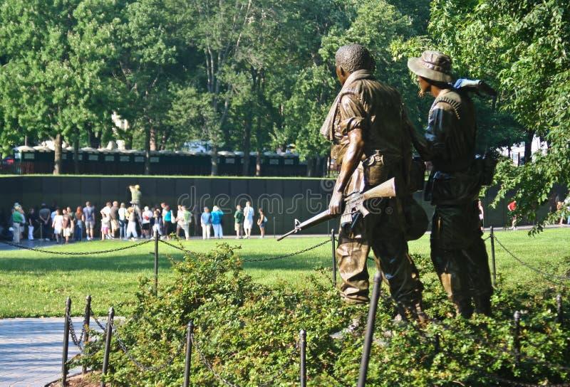 Statues de soldat américain donnant sur le mémorial de mur à Washington D C photos stock