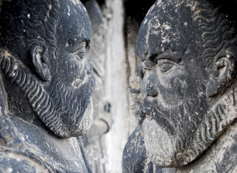 Statues des figures humaines faites en pierre image libre de droits