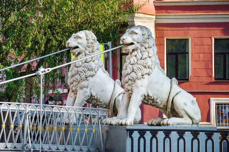 Statues des lions sur le pont image stock