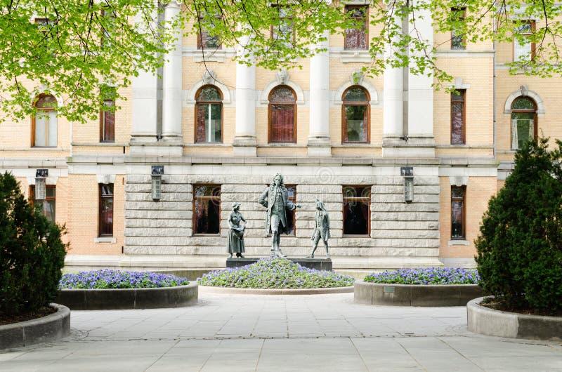Statues devant le théâtre national à Oslo image libre de droits