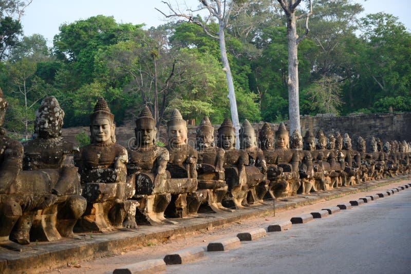 Statues du sud de pont d'Angkor Thom, Cambodge photos stock