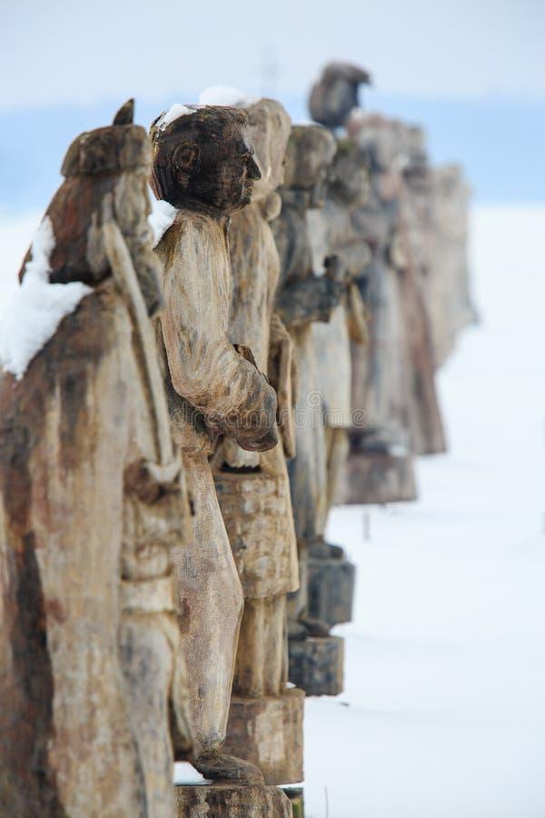Statues en bois dans la neige image stock