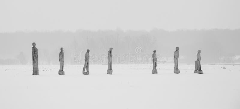 Statues en bois dans la neige images libres de droits