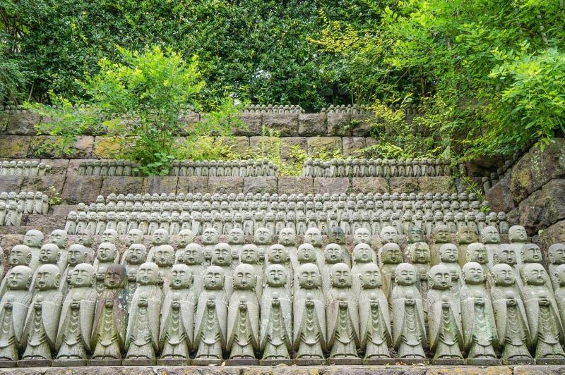 Statues en pierre de Bodhisattva de Jizo dans le temple de Hase-dera à Kamakura, Japon image stock
