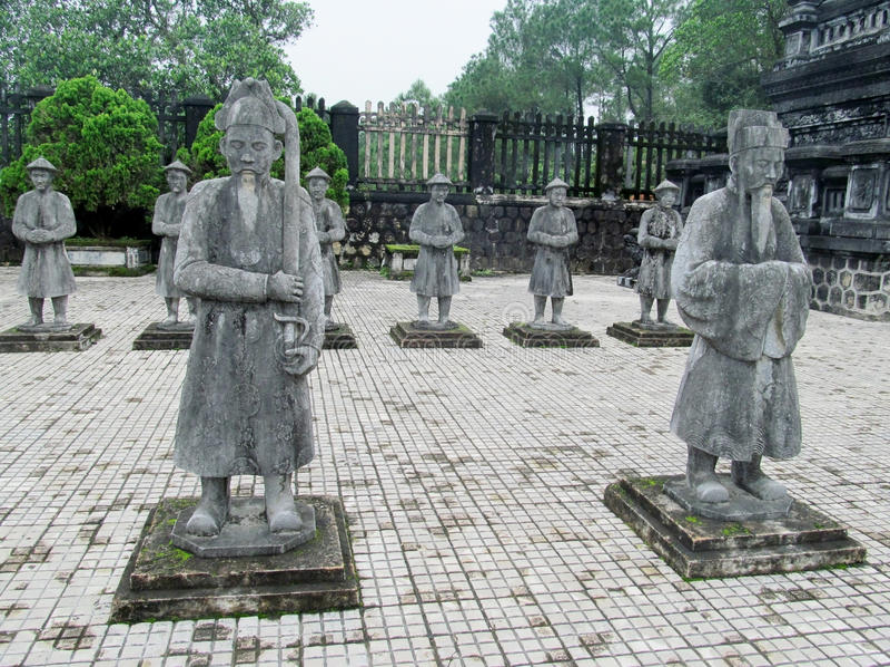 Statues en tombe impériale de Khai Dinh photo stock