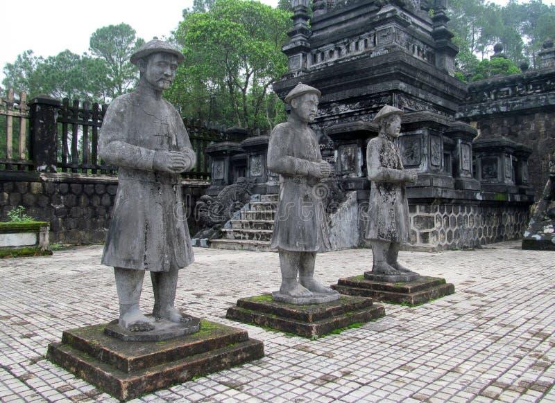 Statues en tombe impériale de Khai Dinh photographie stock libre de droits
