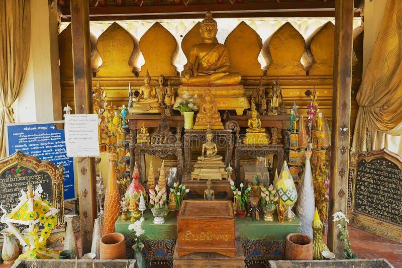 Statues et autel de Bouddha dans une petite chapelle à côté du Pha qui stupa de Luang à Vientiane, Laos photo stock