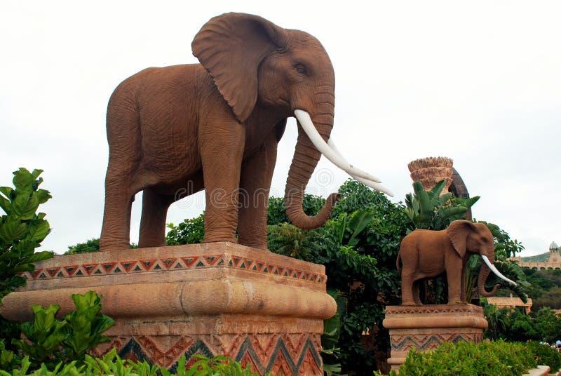 Statues gigantesques des éléphants dans CitySouth perdu Afrique photos libres de droits