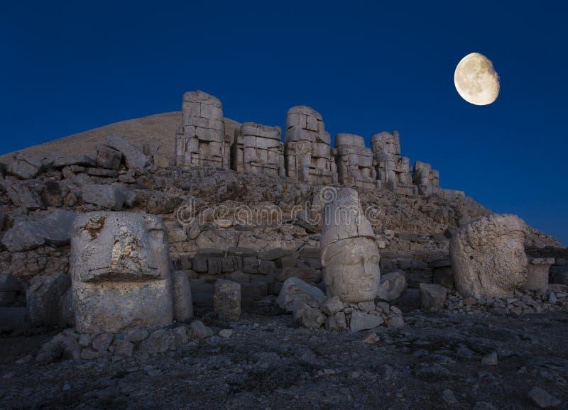 Statues posées par géant de montagne de Nemrut photographie stock libre de droits