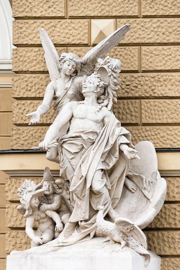 Statues près d'Odessa National Academic Theater d'opéra et de ballet l'ukraine photographie stock