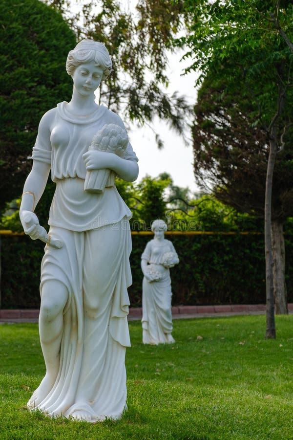 Statues sur l'herbe image stock